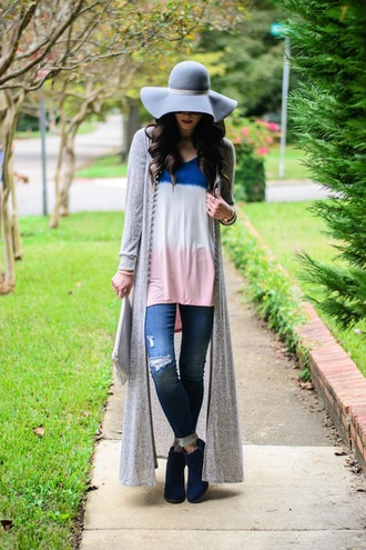 book of leisure blogger sweater shoes hat t-shirt