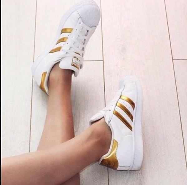free shipping 400a5 1fea9 shorts adidas superstars adidas gold.