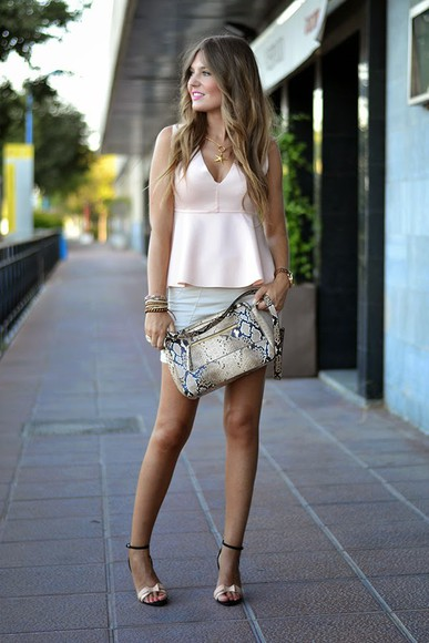 jewels skirt snake print shoes sandals mi aventura con la moda top bag t-shirt blogger summer outfits nude nude top high heels bracelets watch summer shoes necklace bershka mini skirt zara