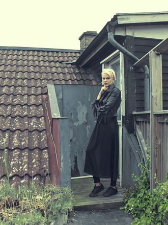 malin to ashes blogger long skirt black skirt black leather jacket black sneakers all black everything