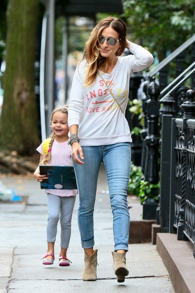 sarah jessica parker fall outfits jeans streetstyle boots