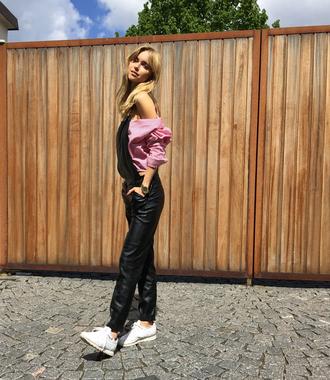 look de pernille blogger jumpsuit black overalls black jumpsuit off the shoulder top white sneakers