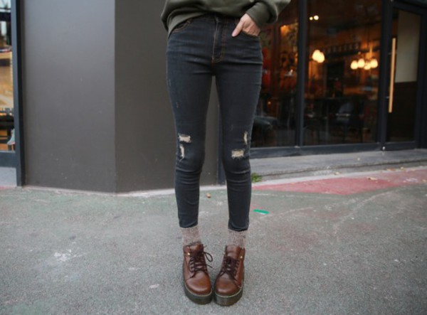 shoes black jeans black jeans fashion style socks knit knitted socks platform shoes platform shoes doc creepers distressed denim hipster skinny green sweater DrMartens streetstyle streetwear lace boots brown doc martins pls help me ripped jeans grunge cool skinny jeans black ripped jeans