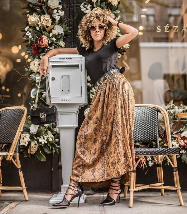 skirt midi skirt snake print pleated skirt pumps black t-shirt belt sunglasses