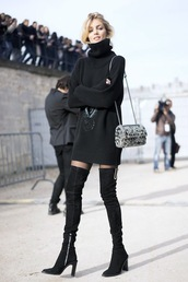 le fashion image,blogger,sweater,dress,bag,tights,sweater dress,turtleneck dress,boots,over the knee boots,tumblr,turtleneck,knitwear,knitted dress,printed bag,black boots,thigh highs,thigh-high boots,thigh high boots,over the knee,high heels boots,streetstyle,model