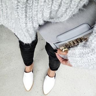 sweater monochrome grey black white grey jumper jumper grey sweater black jeans black wax jeans pants white shoes pointy toe shoes grey bag bag shoes