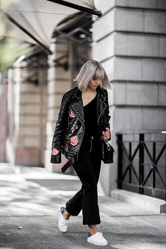 beige renegade blogger black leather jacket sneakers shoulder bag black pants studded jacket