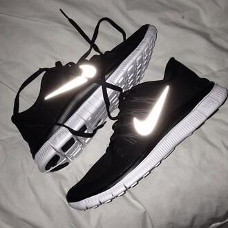 shoes nike running shoes black leggings nike roshe run black glow tumblr blog black and white fashion style nike free run 5.0 noir flash nike running shoes black shoes nike shoes reflective