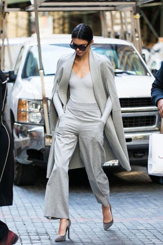 coat all grey everything all grey outfit pants grey pants wide-leg pants pumps grey pumps top grey top grey coat long coat sunglasses black sunglasses kendall jenner celebrity model