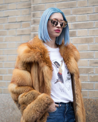 sunglasses nyfw 2017 fashion week 2017 fashion week streetstyle fur coat faux fur coat camel camel coat camel fur coat blue hair t-shirt white t-shirt mirrored sunglasses