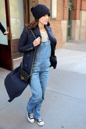 jeans,overalls,keira knightley,fall outfits,sneakers,hat,beanie,sweater
