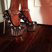 shoes,high heels,pumps,spiked shoes,gold high heels,black high heels,black and gold,badass gold and black high heels girly,gold,sequins,rhinestones,tiger,gold tiger,gold chain,glitter,spikes,spiked,black gold chains,hat,:))),heels,platform shoes,blackheels,black and gold heels,black heels