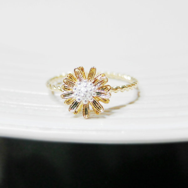 Tiny daisy ring 6 size with twisted..