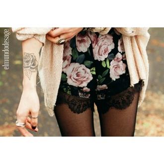 pants roses black rose vinatge summer outfit shorts tumblr outfit elmundodesage girl floral