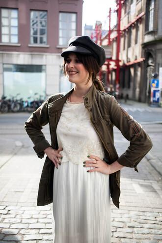 hat black hat white dress dark green blazer blogger