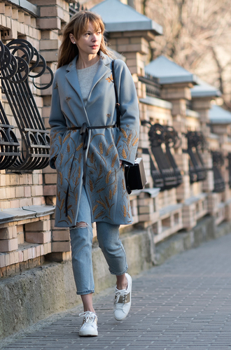 anastasiia masiutkina blogger coat jeans blue coat floral coat ripped jeans white sneakers