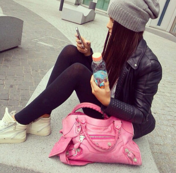 jacket brunette simple grey bag beanie greybeanie grey beanie pink big bag big bag casual sportswear beauty cool black leather jacket white trainers fashionable faboulous