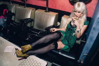 i hate blonde blogger green dress stockings peep toe heels