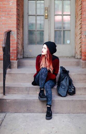 le happy blogger skinny jeans creepers red sweater grunge