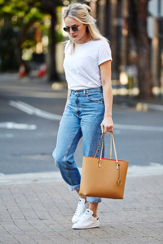 brooke testoni blogger jeans casual white t-shirt tote bag white sneakers