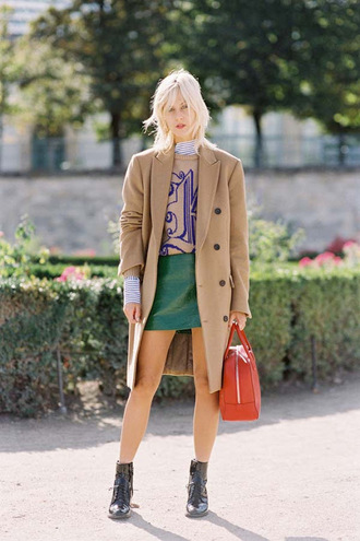 vanessa jackman blogger coat skirt fall outfits beige coat handbag red bag ankle boots green skirt mini skirt