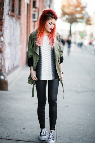 le happy blogger sweater army green jacket leather leggings converse silver fall outfits