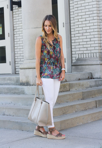 twenties girl style blogger shoes bag jewels floral top white jeans white bag silver bag wedges