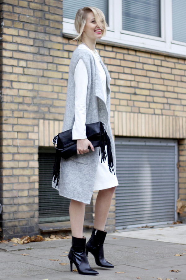 ohh couture blogger cardigan grey white dress black boots fringed bag winter outfits
