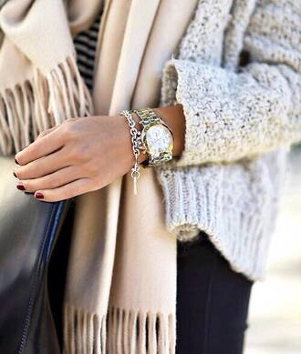 jewels scarf winter outfits grey cardigan gris doux cotton coton gilet bracelets doré gold winter cardigan watch molleton or écharpe marron burgundy beige frange montre