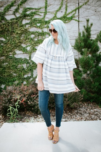 the red closet diary blogger top jeans sunglasses shoes hat sandals skinny jeans fall outfits