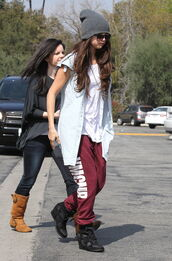 pants,red sweatpants,sweatpants,kylie jenner,clothes,ymcmb,beanie,grey,wedges,black,bag,hat,selena gomez,jacket,shirt,shoes,selena,gomez,sunglasses,sun
