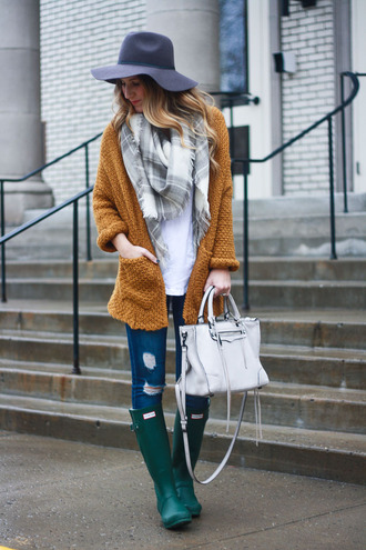twenties girl style blogger cardigan t-shirt scarf shoes hat bag felt hat wellies hunter boots grey bag cold weather outfit mustard tartan scarf flannel scarf white bag camel cardigan
