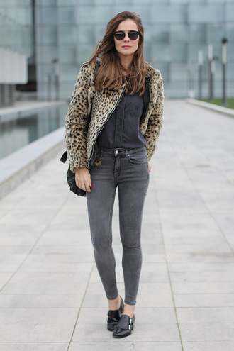 lady addict blogger sunglasses animal print grey charcoal derbies grey jeans