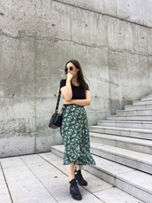 skirt,floral skirt,midi skirt,black boots,black t-shirt,bag,sunglasses