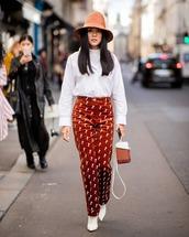 bag,boxed bag,handbag,white boots,printed pants,white blouse,hat