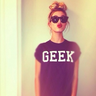 shirt black geek cute ootd help sunglasses geek shirt t-shirt red lipstick honeyblonde hair messy bun blackshades pretty black geek print