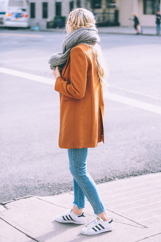 barefoot blonde blogger jeans t-shirt shoes sunglasses make-up bag jacket scarf