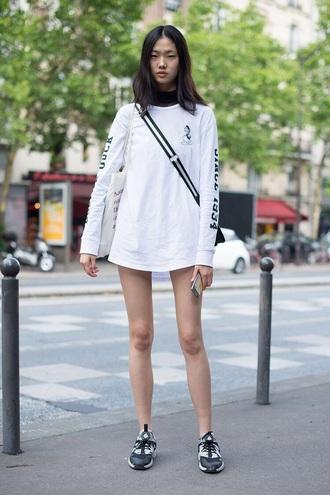 top white top sweatshirt white sweater sneakers black sneakers model off-duty