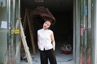elle victoire blogger top pants shoes white shirt sleeveless black pants