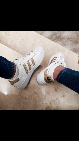 shoes adidas gold and white adidas adidas shoes gold white gold and white white and gold white shoes cool shoes nice cute beautiful sea of shoes