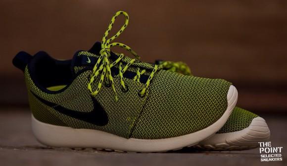 green sneakers fluor neon nike roshe run woman