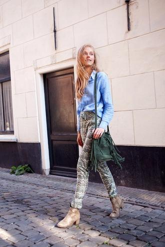 fab le frique blogger blue shirt printed pants fringed bag