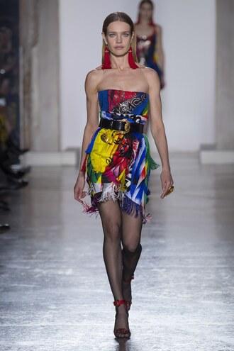 dress natalia vodianova versace belt strapless mini dress fashion week runway milan fashion week 2018