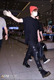 jeans,jungkook,kpop,bts,jeon jungkook,black jeans,leather,skinny jeans,airport fashion