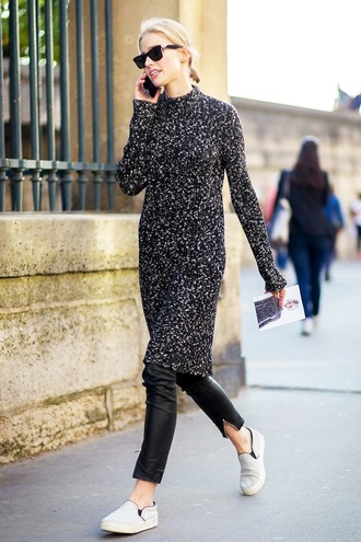 le fashion image blogger sweater dress leather pants printed knit dress knitwear knitted dress long sleeves long sleeve dress sunglasses black sunglasses black leather pants pants black pants