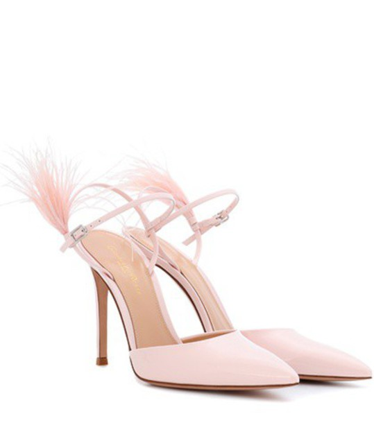 Gianvito Rossi Simone feather-trimmed patent leather pumps in pink