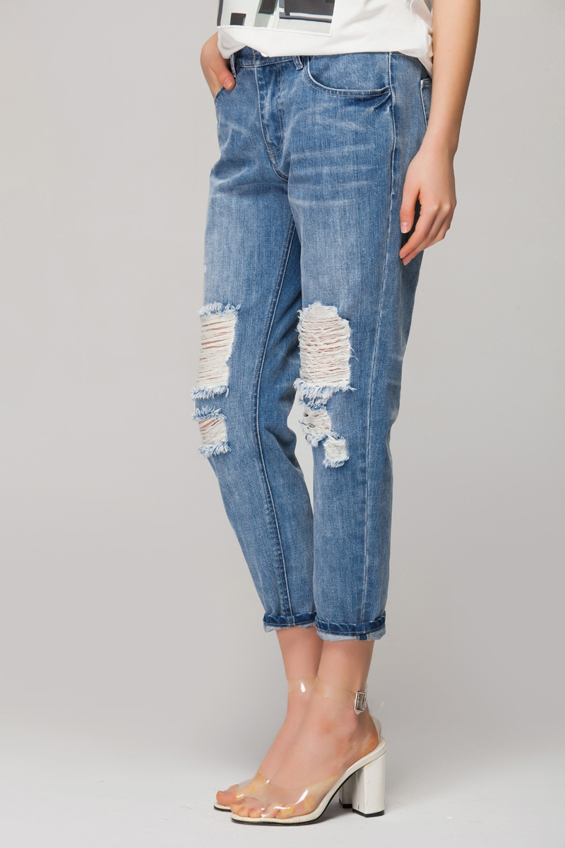 Boyfriend jeans in bleach wash with extreme rips