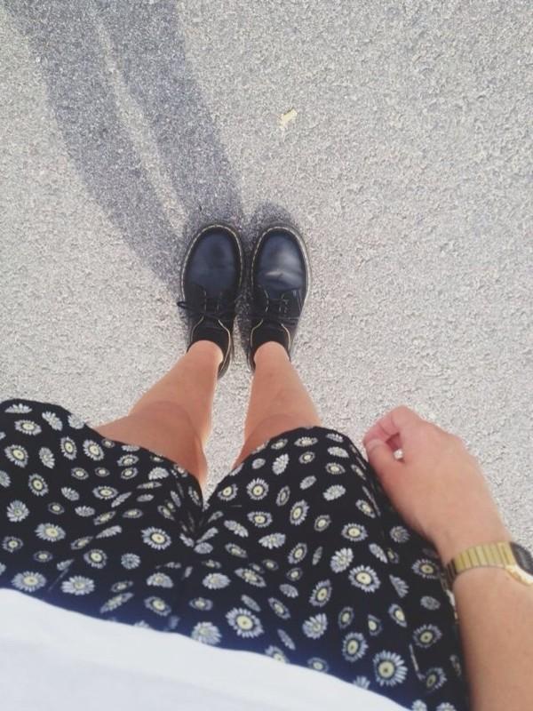 shorts daisy print black shoes pants baggy pants daisy daisy pants cute short shorts tumblr tumblr girl tumblr pants