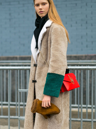 coat nyfw 2017 fashion week 2017 fashion week streetstyle camel camel coat fuzzy coat camel fluffy coat gloves bag red bag chain bag scarf winter outfits winter coat winter look