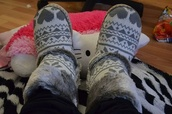 shoes,booties,cute,grey,winter outfits,slippers,fur,heart